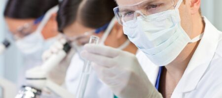 Wissenschaftler im Labor sitzen auf einem ESD Stuhl