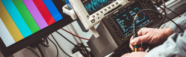Ein Techniker führt Tests mit verschiedenen elektronischen Geräten im Labor durch