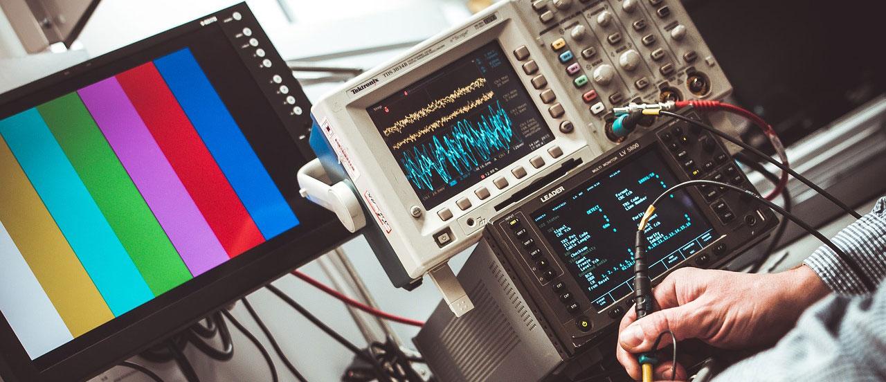 Ein Techniker führt Tests mit verschiedenen elektronischen Geräten in einem ESD Labor durch