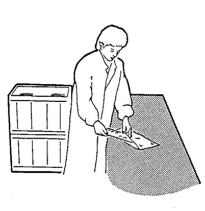 Ein Arbeiter in einem ESD-Bereich legt einen Gegenstand in einen antistatischen Beutel
